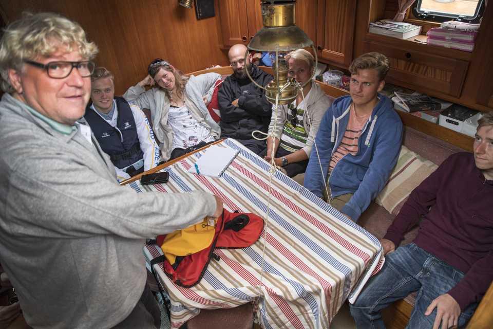 Marintekniker under utbildning på segelbåt