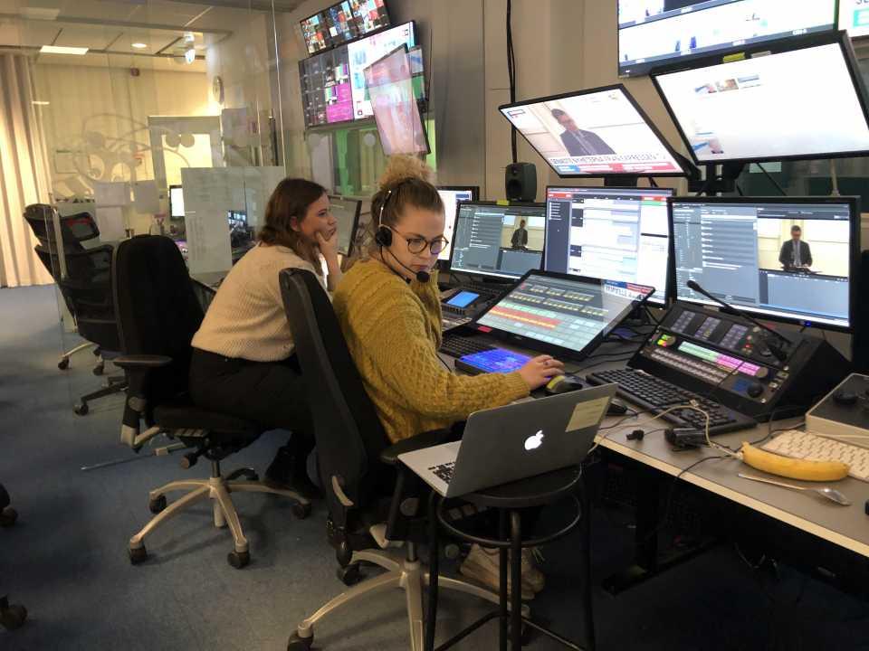 Caroline Sjögren gör LIA som sändningsproducent på Expressen TV. Anna Larsson t.v. som själv gått på Xenter Live är handledare.
