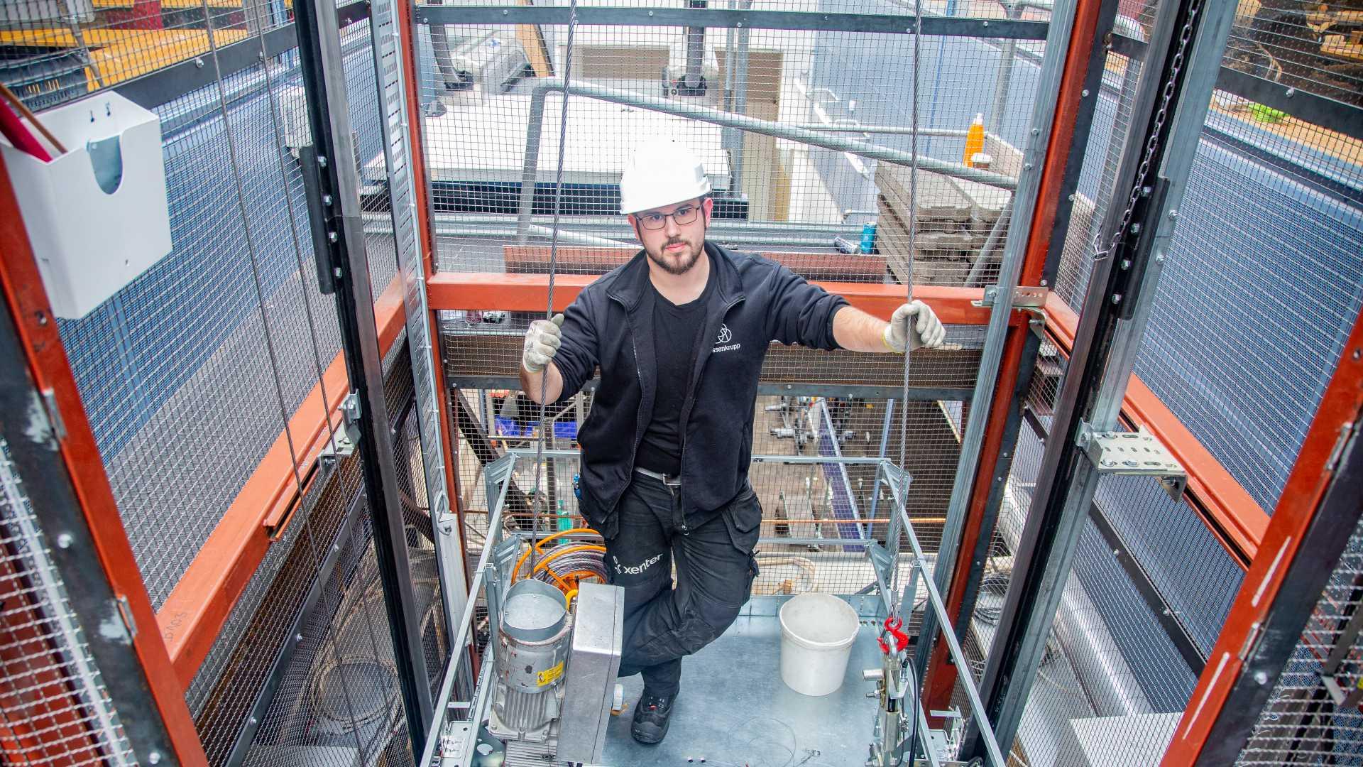 Hisstekniker i Xenters hisslabb med Kone-hiss.