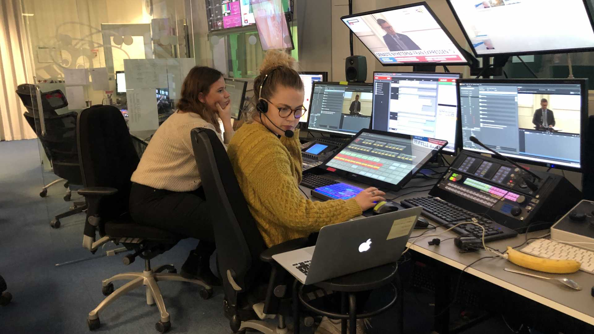Caroline Sjögren gör LIA på Expressen TV. På bilden t.v. Anna Larsson handleder.